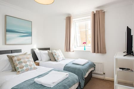 Gorgeous balcony flat, allocated parking - Brighton