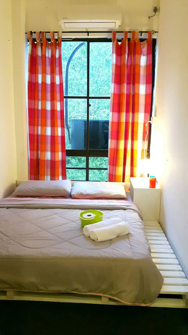EZ Lodgings - Cozy room with double pallet bed