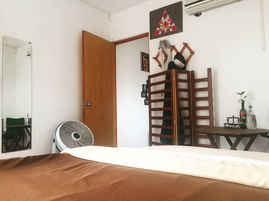 Cama queen size, cuarto independiente con baño propio y balcón