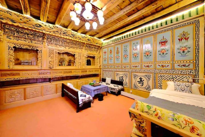 古城藏式碉楼豪华家庭房 精美木雕手绘 含早免费接机接站自家免费车位 可预定私厨晚餐和庭院烧烤