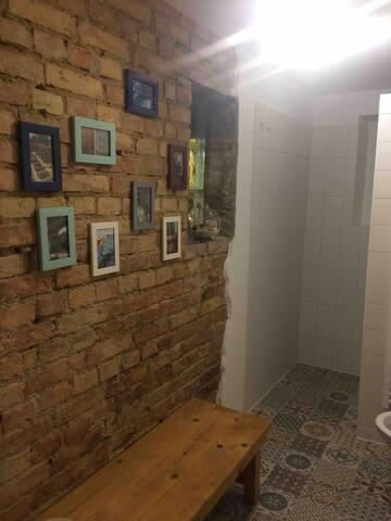 100 Jahre alte Wand im Badezimmer