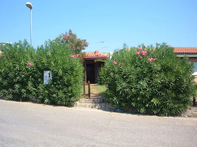 Villetta con giardino e porticato, panomica - Squillace Lido