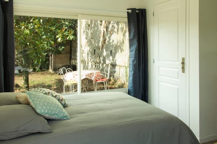 logement indépendant équipé + terrasse (gare)