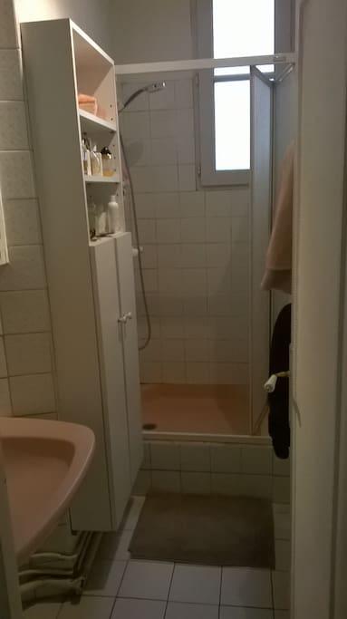 Salle de bains avec beaucoup de rangements