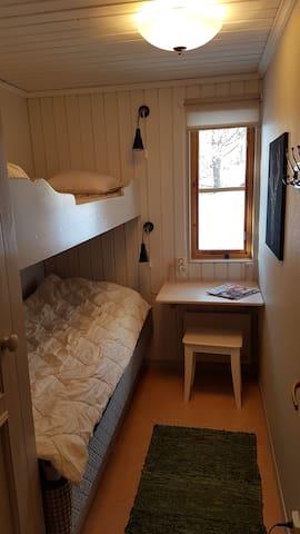 Första lilla sovrummet med våningssäng. Förvaringslådor under sängen och en garderob. Den nedre sängen har en resårbotten, den övre har madrass.
