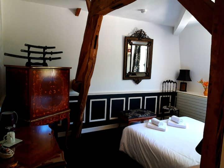 Jolie chambre 'noire' au château!