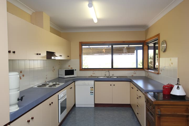 Panoramic Preston - 3 Bedroom Home, Sweeping Views - Preston Beach - House