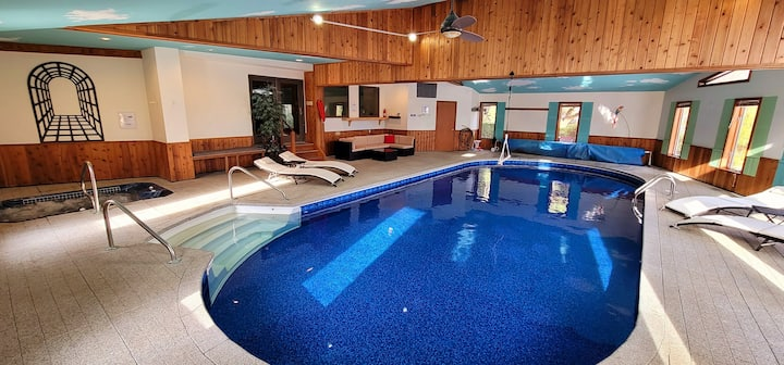 Private INDOOR HEATED POOL+HOT Tub-Family Friendly