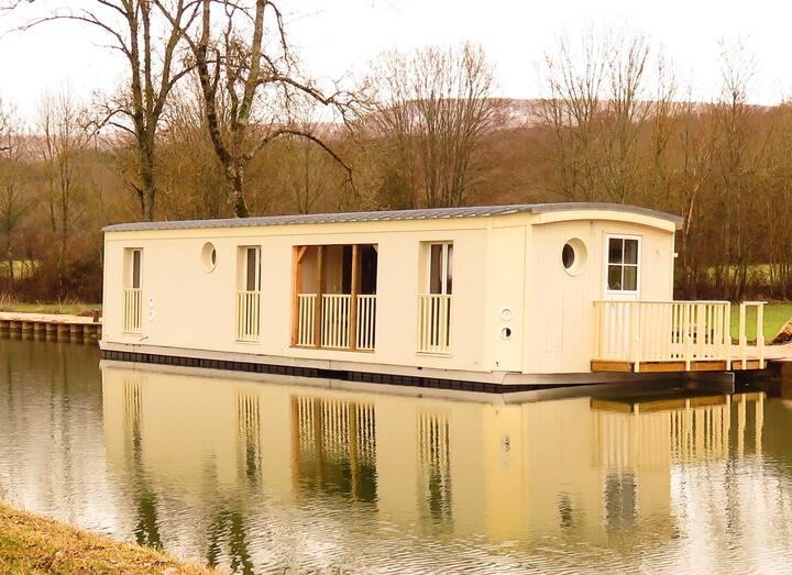 Gîte flottant insolite au Canal de Bourgogne