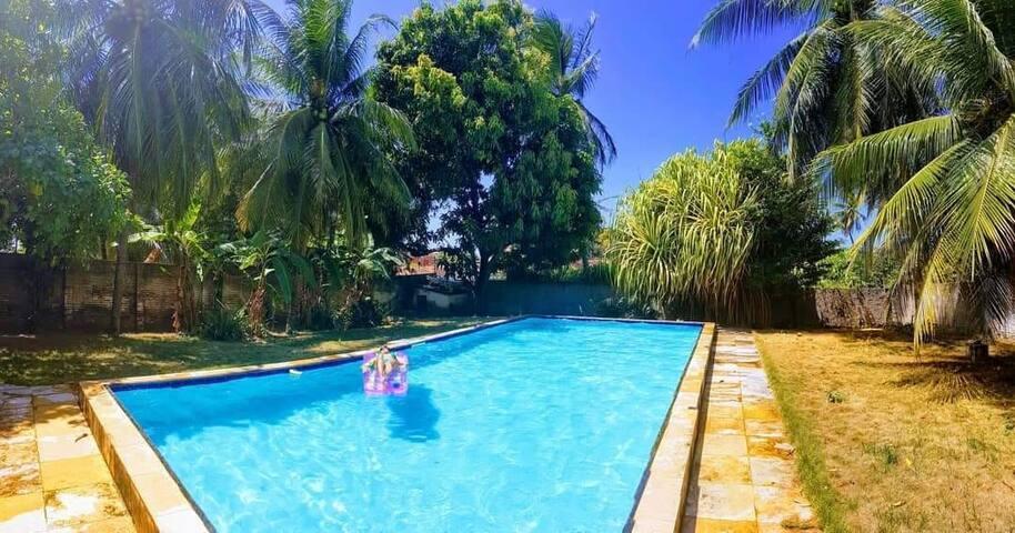 Quarto, café, piscina e churrasqueira em Paracuru