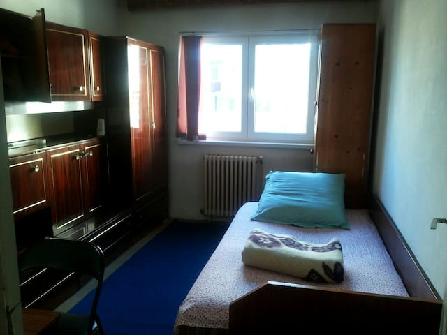 Nice commie room near hypermaket, public transport - Cluj-Napoca - Appartement