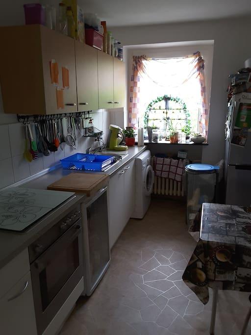 Küche mit Esstisch für 3 Personen, Waschmaschine und Getränkekuhlschrank