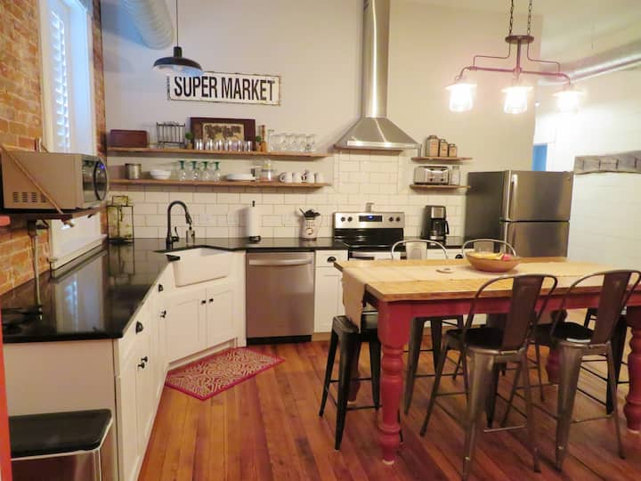 Studio 1892 Guesthouse-New! Downtown Location!