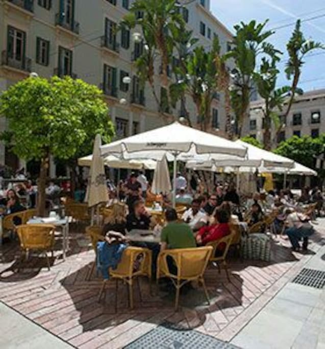 The location: the building is situated in Plaza de las Flores, one of the most emblematic squares, next to calle Larios and the Málaga Cathedral.