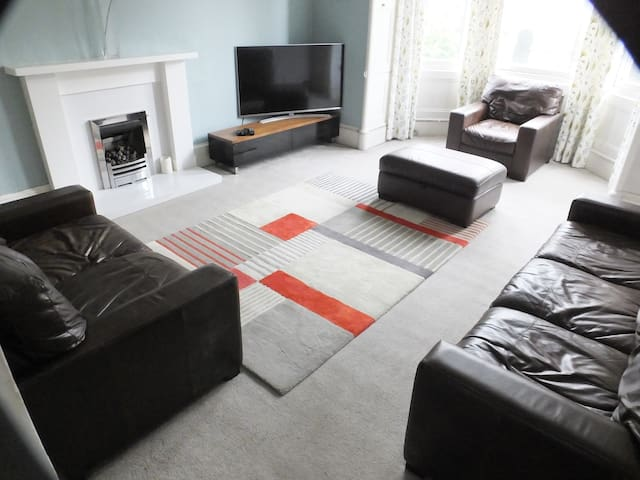 Spacious flat at heart of Festival EH1 sleeps 5+