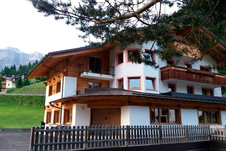 """Charming Holiday Apartment """"Villa Doris"""" (CIPAT number: 022039-AT-051659) with Mountain View, Wi-Fi, Balcony, Garden & Terrace; Parking Available, Pets Allowed upon Request"""