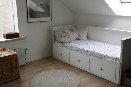 Spacious room with private bathroom + breakfast - Assen