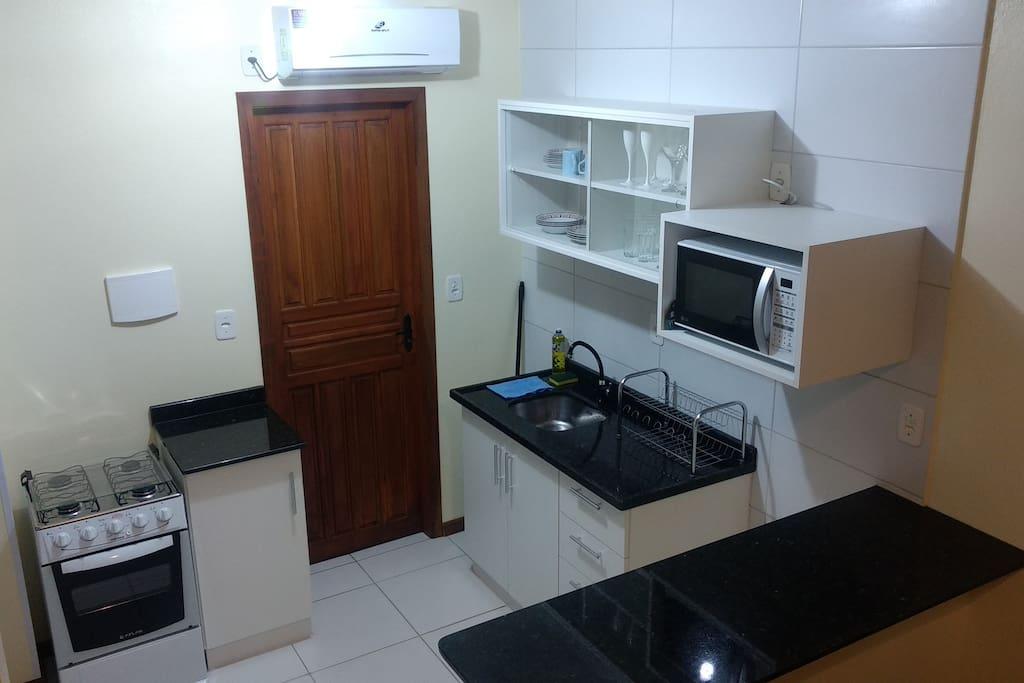 Cozinha toda equipada - Fogão, forno, microondas, ar condicionado, louça, talheres, copos, panelas