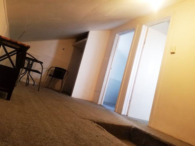 Private Studio Unit: 2× single rooms
