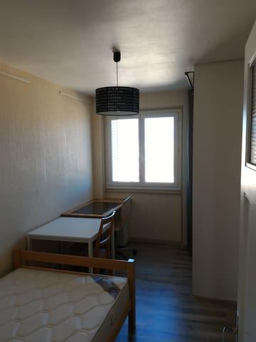 Une chambre parmi trois :-) - Clermont-Ferrand - Appartement