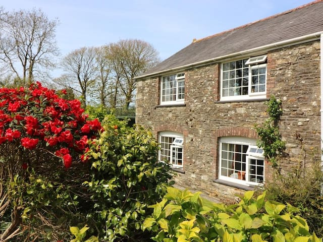 BLACKSMITH'S COTTAGE, pet friendly, with a garden in Looe, Ref 959955