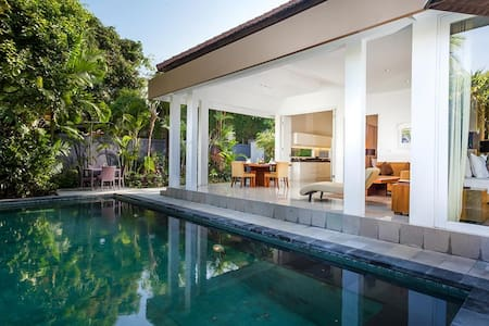 AMAZING Tropical Villa PLAWA heart of Seminyak