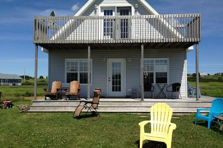 Little Pond PEI Waterfront Cottage Sleeps 6 - Souris - Hytte