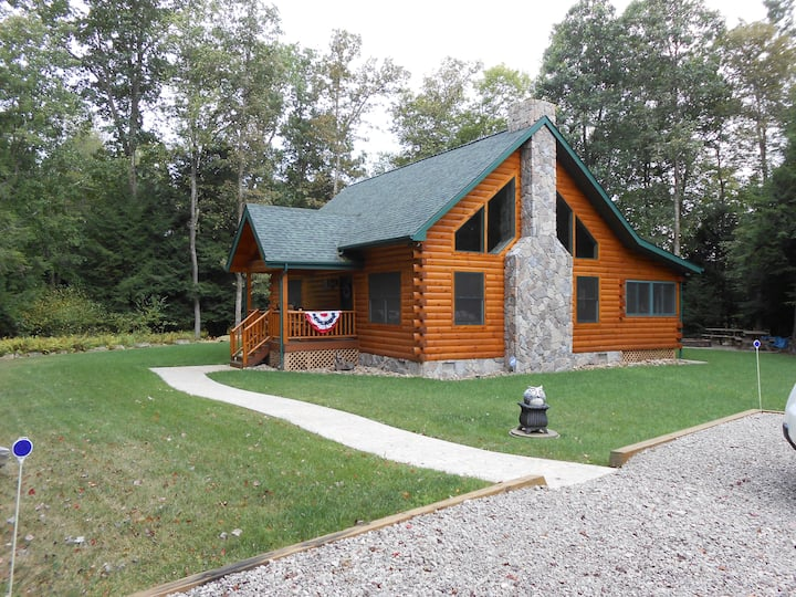 Beautiful Log Cabin Located in NW PA w/Hot Tub