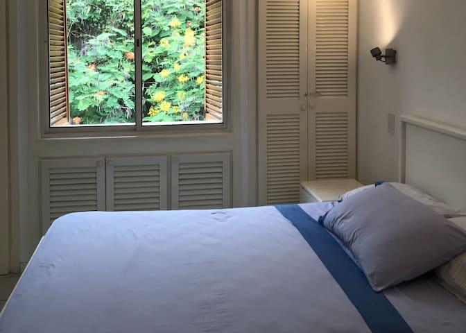 Dormitorio con ventilador en techo y  baño con ducha  incluido