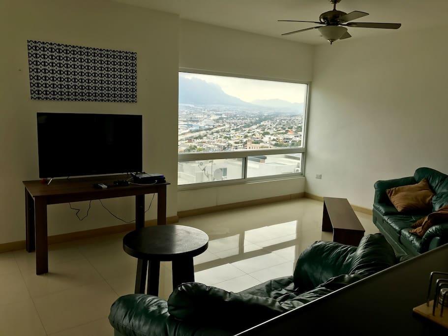 Sala amueblada con tv.