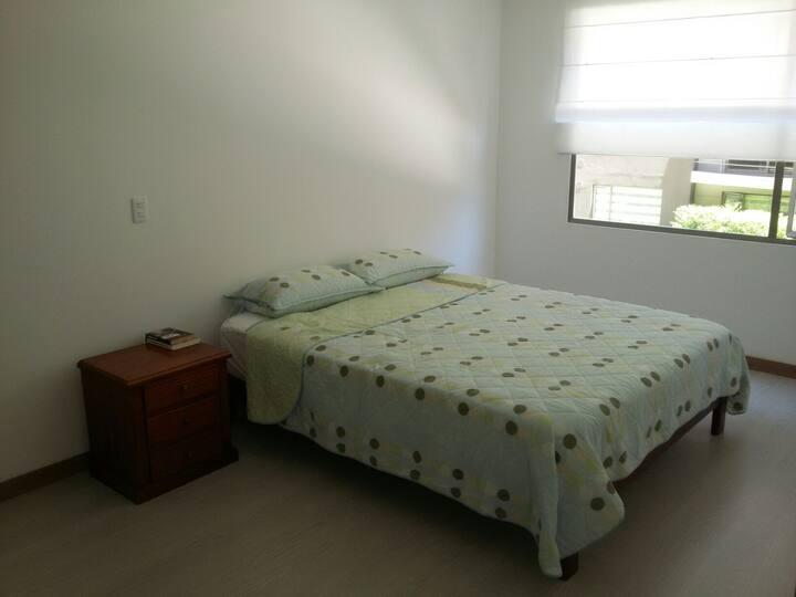 Espaciosa y cómoda habitación con baño privado