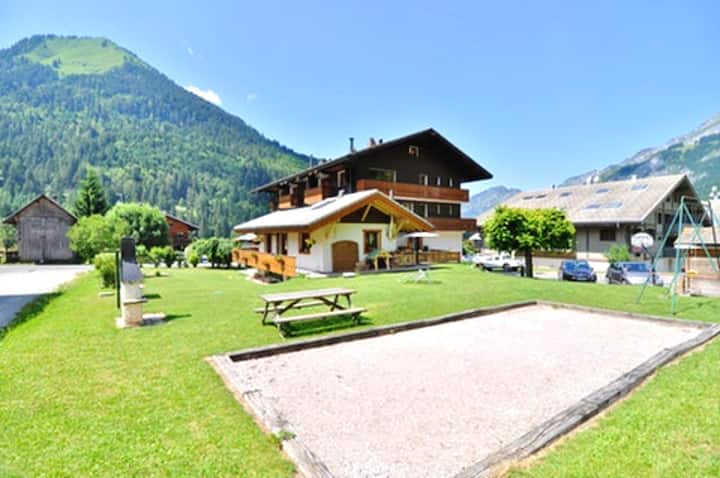 Apartment with one bedroom in La Chapelle-d'Abondance, with wonderful mountain view and furnished garden - 200 m from the slopes