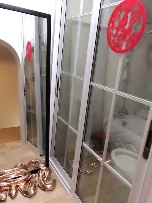 楼上是一间阁楼 楼上楼下都有卫生间 但是楼上卫生间的浴缸有点小 所以一般还是建议使用淋浴哦~