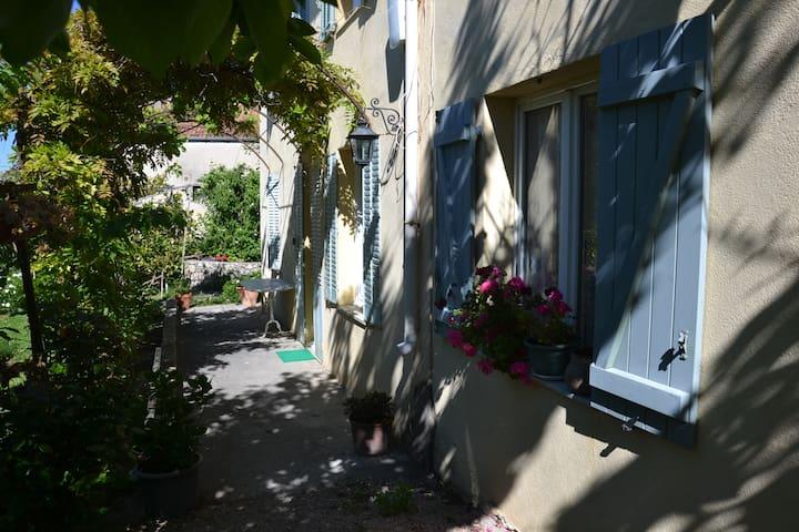 Studio en rez de jardin dans villa Grasse