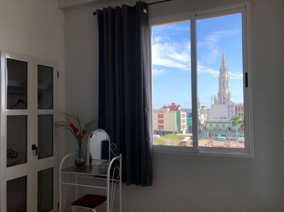Desde el centro habanero, vista hacia La Habana Vieja. Hemos diseñado el espacio para que que siempre lo acompañen las vistas del centro de La Habana