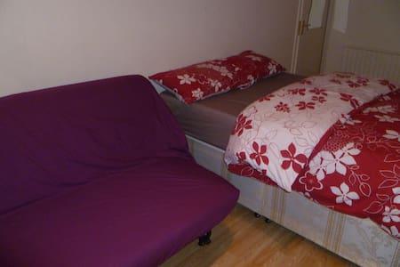 LONDON MANOR ROOM SLEEPS 2-3, CLOSE TO CITY. - Chigwell - Apartamento