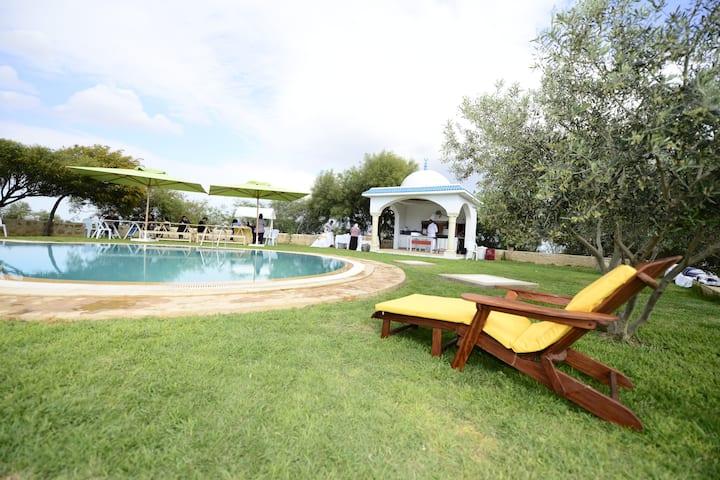 villa avec piscine  dans une vaste ferme