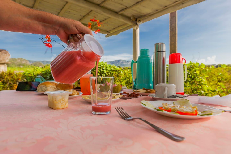 Desayuno Criollo con frutas frescas y zumos naturales