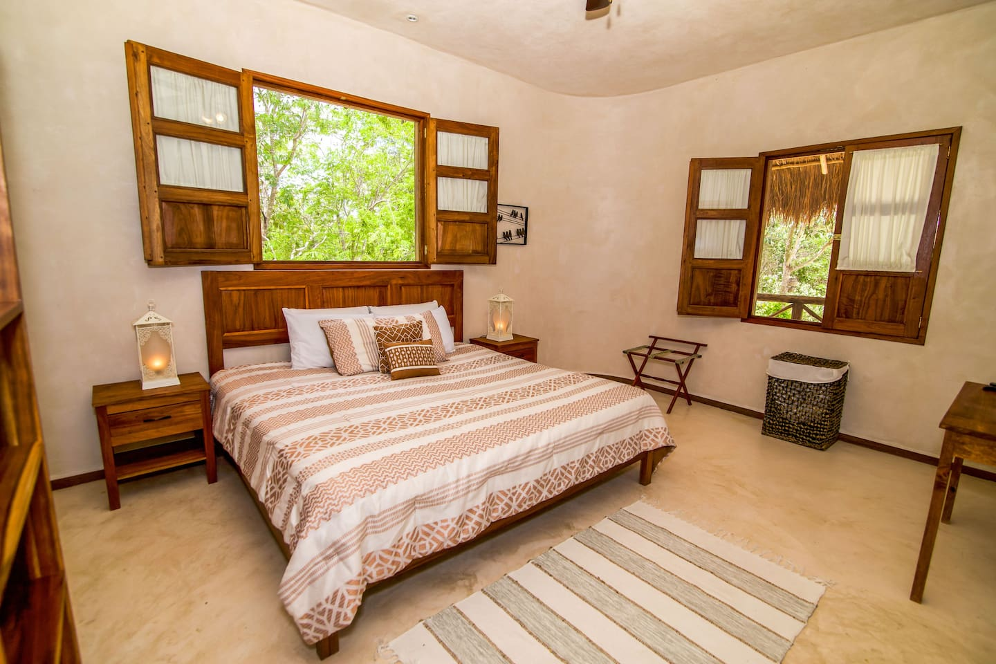 King Size bed / 4 pillows / A/C / SmartTV/ Full bathroom / Desk / Beautiful views to the property