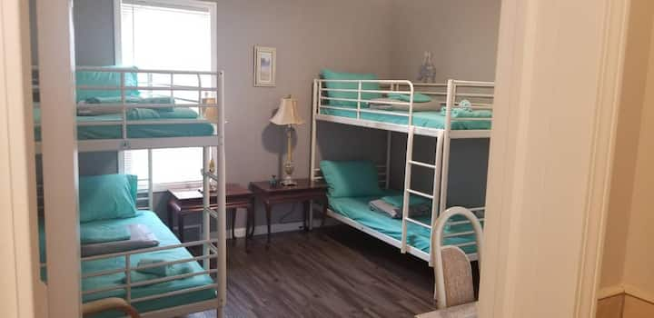 Niagara Falls Guest Suite sleeps 4 great location
