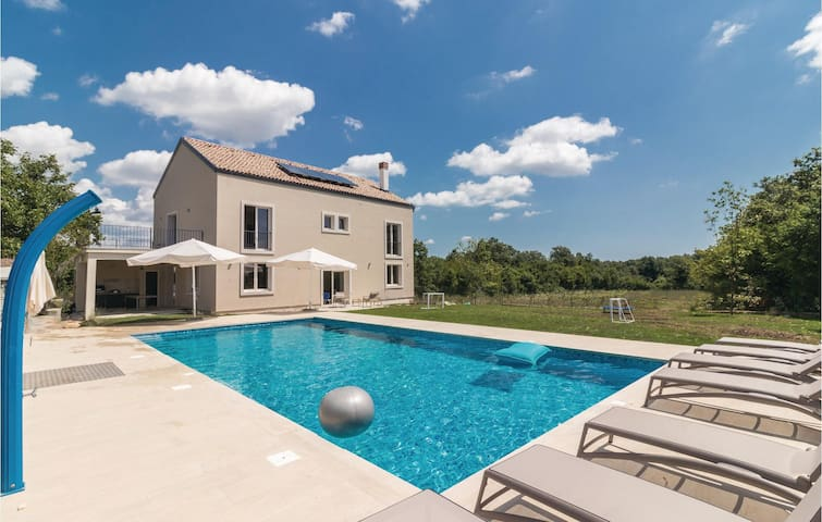 Holiday cottage with 4 bedrooms on 395 m²