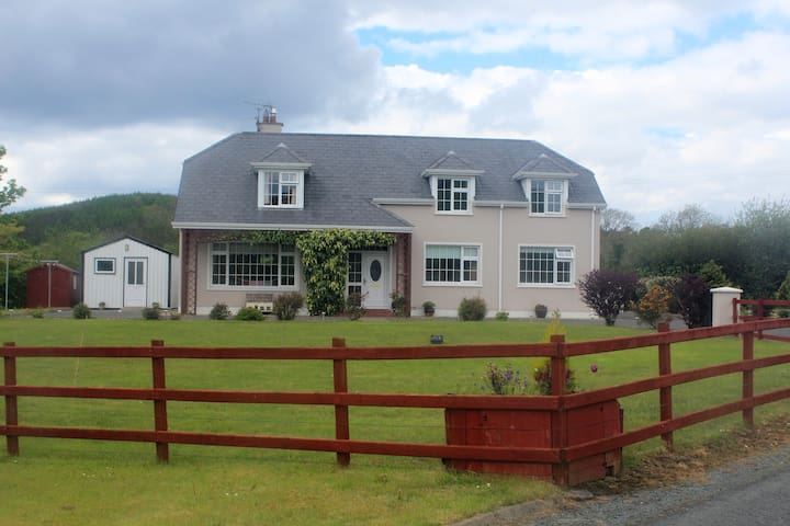 Spacious Twin Room close to Donegal Town & Laghey