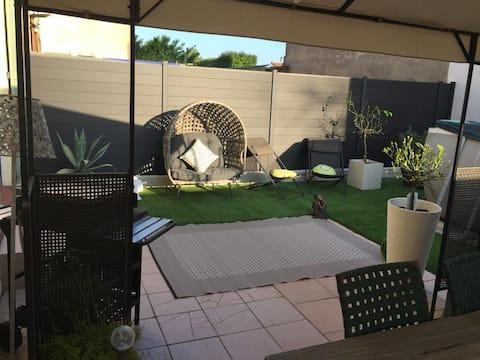 Lejlighed Cosy et Zen i stueetagen,  Have, Swimmingpool
