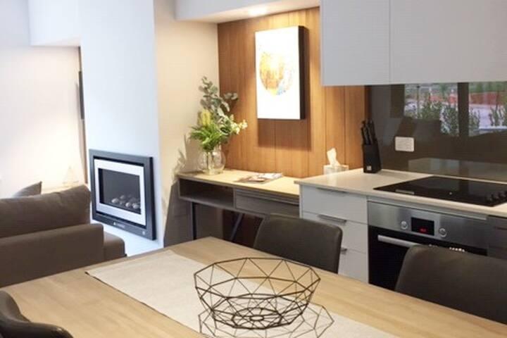 Luxury Alpine Escape - Brand New -Full kitchen!