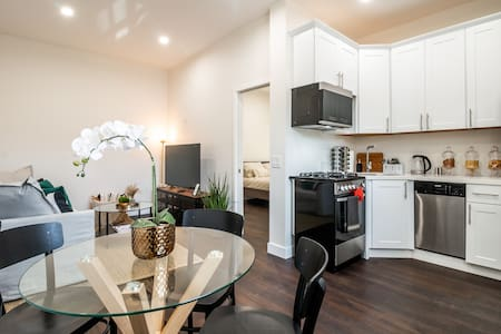 *REMODELED* 20 SECONDS WALK to the OCEAN + PARKING
