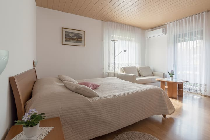 The first bedroom is air-conditioned and very spacious (20 square meters) and includes a king-size bed (180 x 200 cm), two nightstands with lamps, a large closet with ample storage for clothing, a very comfortable three-seater-sofa and a coffee table