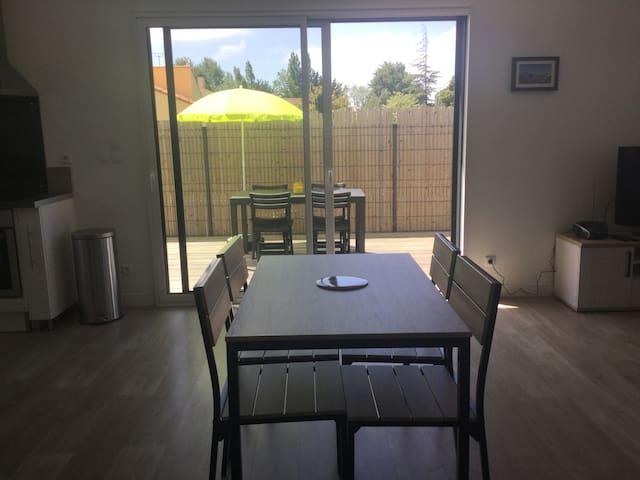 salle à manger bien ensoleillée donnant sur la terrasse exterieure