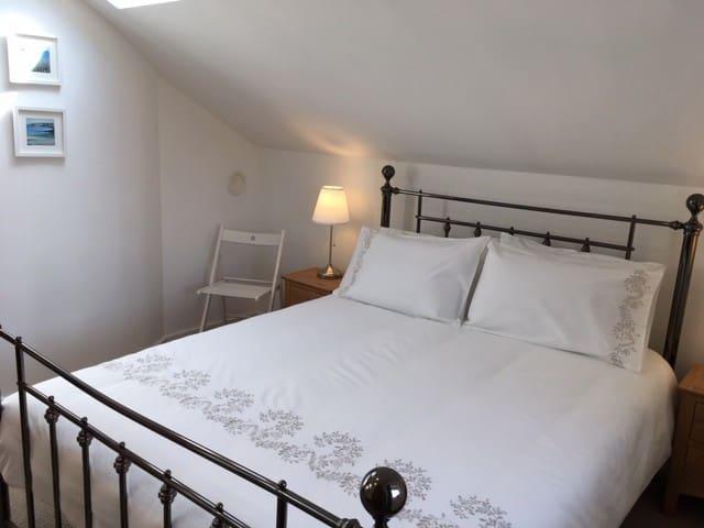 Top floor Bedroom with Kingsize bed