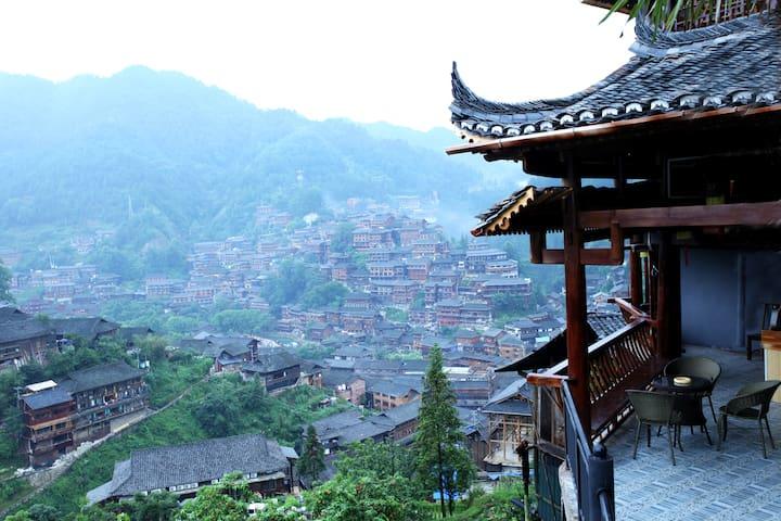 位于西江千户苗寨景区里270度全景豪华阳台大床房,位置绝佳,独立观景台,空调茶饮风景,提供餐饮