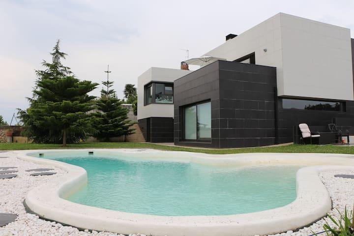 Luminosa Casa Moderna con piscina climatizada